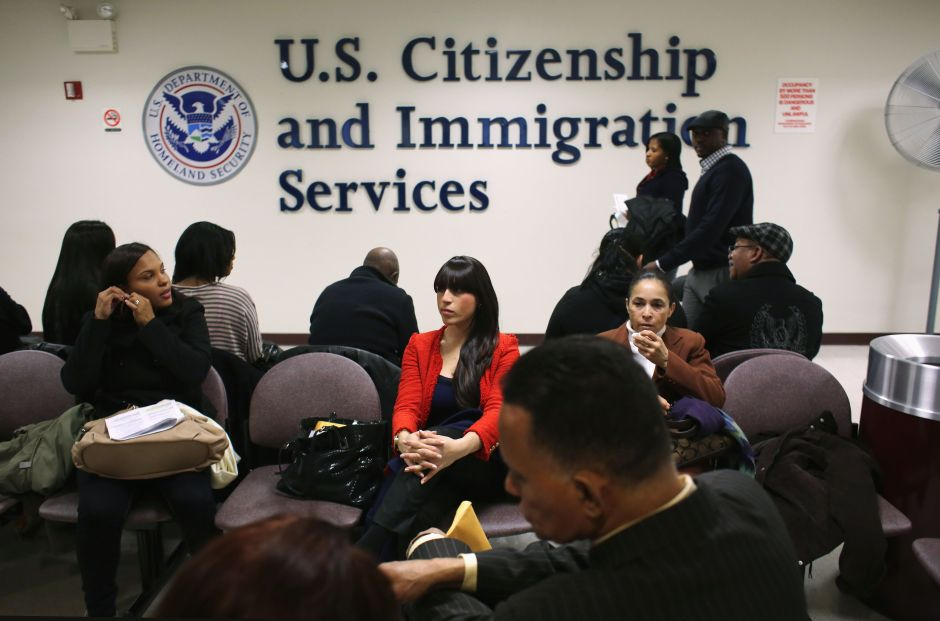 Las razones que causan retrasos en trámites migratorios en USCIS y qué hacer al respecto
