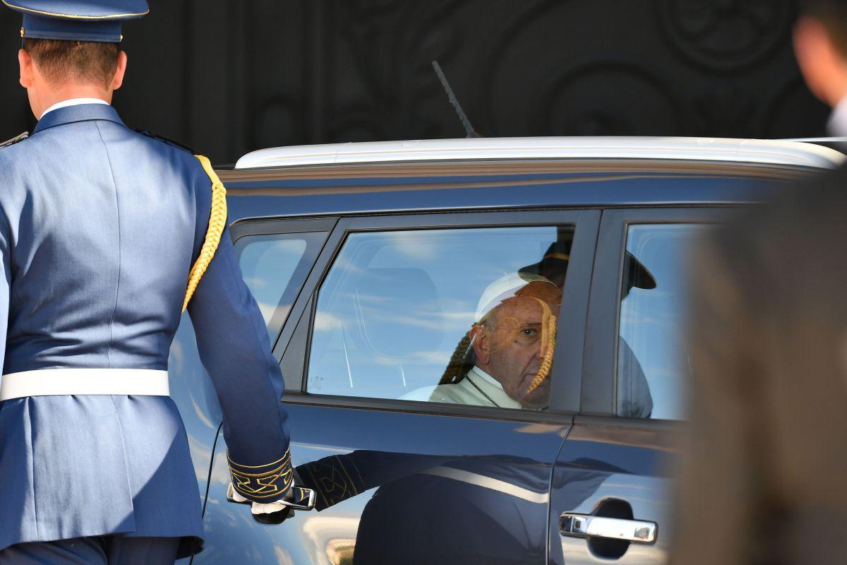Papa Francisco deja atrás el 'Papamóvil' y se presenta en un modesto KIA durante su visita a los Emiratos Árabes