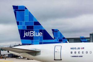 Nace un bebé en un vuelo de JetBlue y nombran al avión 'Born to Be Blue'