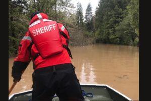 """Ciudad de California es """"oficialmente una isla"""" por inundaciones causadas por río atmosférico"""