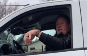 Periodista preadolescente en Arizona confrontó al policía que amenzó con arrestarla
