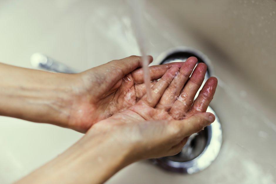 """Presentador de Fox no se ha lavado las manos en 10 años porque las bacterias """"no son reales"""""""