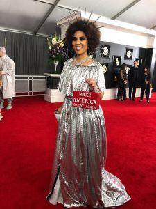 Controversial: Desfilan la alfombra de los Grammys con vestidos 'pro Trump'