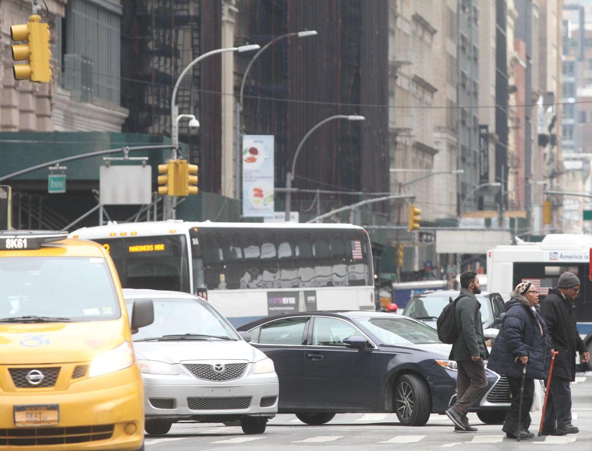 """""""Sólo los millonarios pueden manejar en Nueva York"""": gobernador Cuomo al defender tarifas de congestión"""