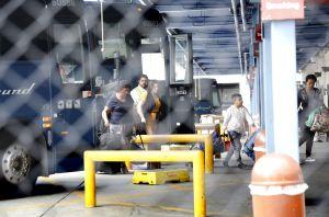 Los indocumentados puestos en libertad ya no podrán viajar sin boleto en autobuses Greyhound