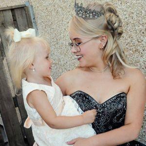 Se quedó embarazada a los 13 años, tras las críticas, lleva al baile de graduación a su hija