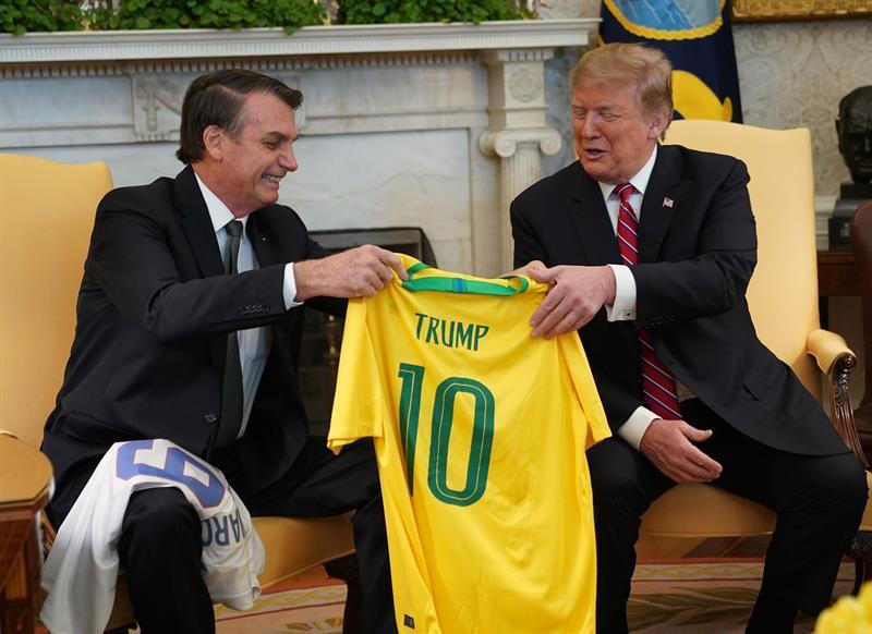 Donald Trump y Jair Bolsonaro intercambian playeras de fútbol con sus nombres