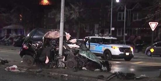Joven muere al estrellarse auto contra poste de luz en Brooklyn
