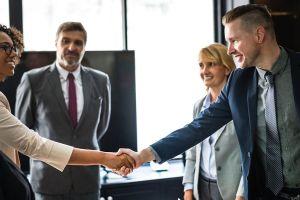 Cómo saber si necesitas renunciar o pedir un ascenso en tu empleo