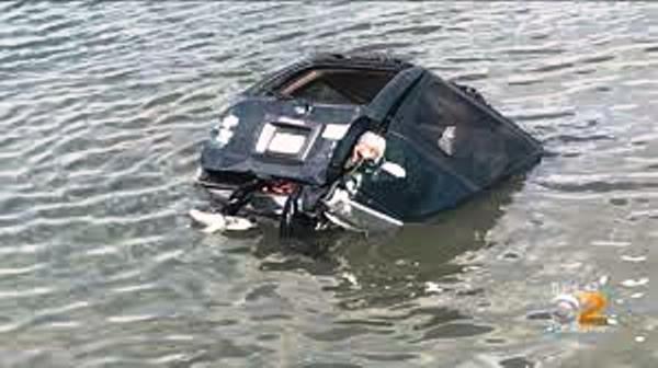 Dos muertos al caer camioneta al agua en Nueva York