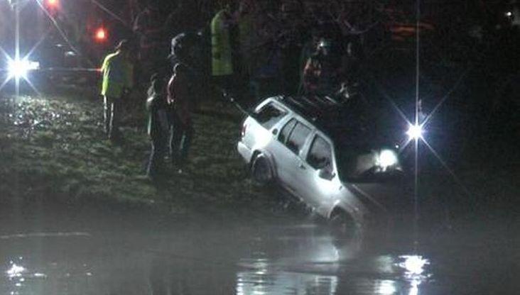Acusan a madre por dos bebés ahogados al caer auto en el agua