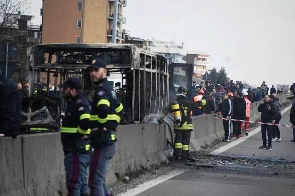 """Conductor incendia autobús escolar lleno de niños en protesta por """"muerte de inmigrantes"""" en Italia"""