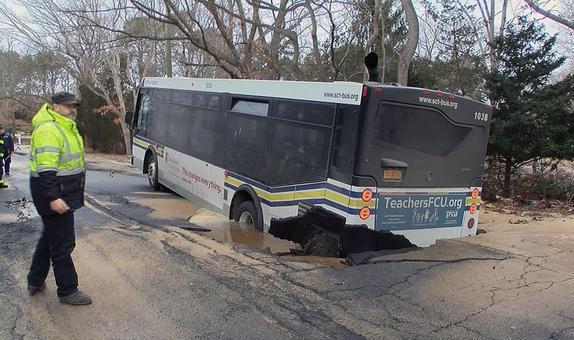Autobús se hunde en hueco inmenso en calle de Long Island