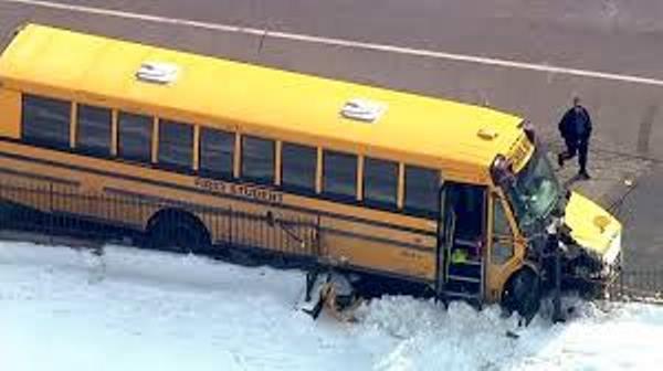 6 niños heridos en choque de bus escolar contra cementerio