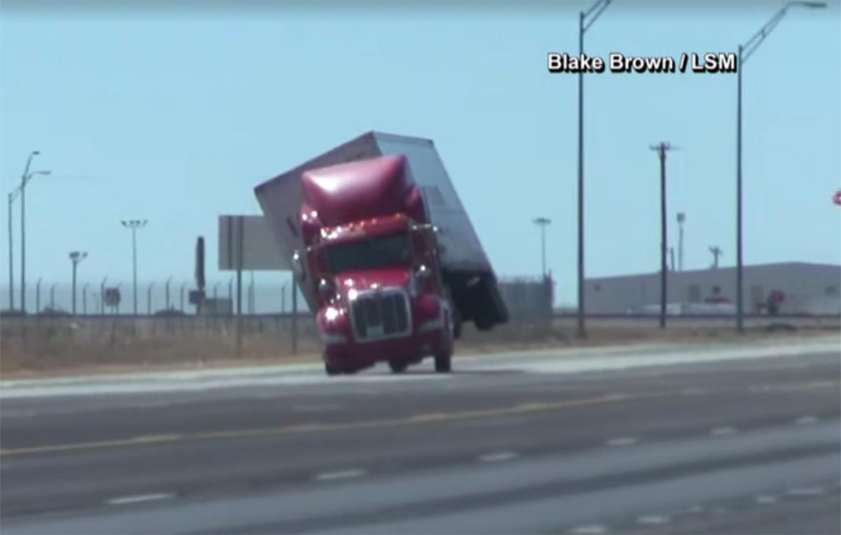 El momento en que el viento derriba un camión en Texas