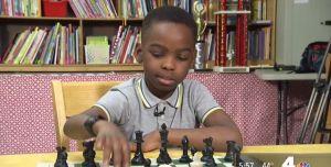 Niño inmigrante de 8 años sin hogar sorprende como campeón de ajedrez en Nueva York
