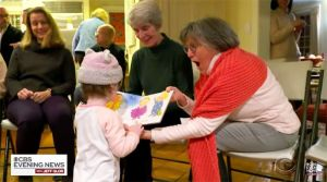 Toda una comunidad aprende lenguaje de signos para comunicarse con una pequeña de dos años