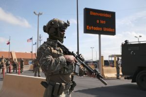CBP envía más agentes a la frontera para asegurar que inmigrantes que piden asilo esperen en México