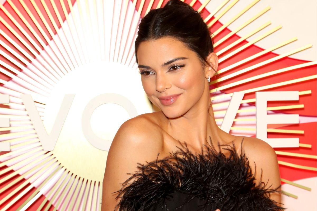 Kylie Jenner graba cómo Kendall conduce su auto prácticamente desnuda