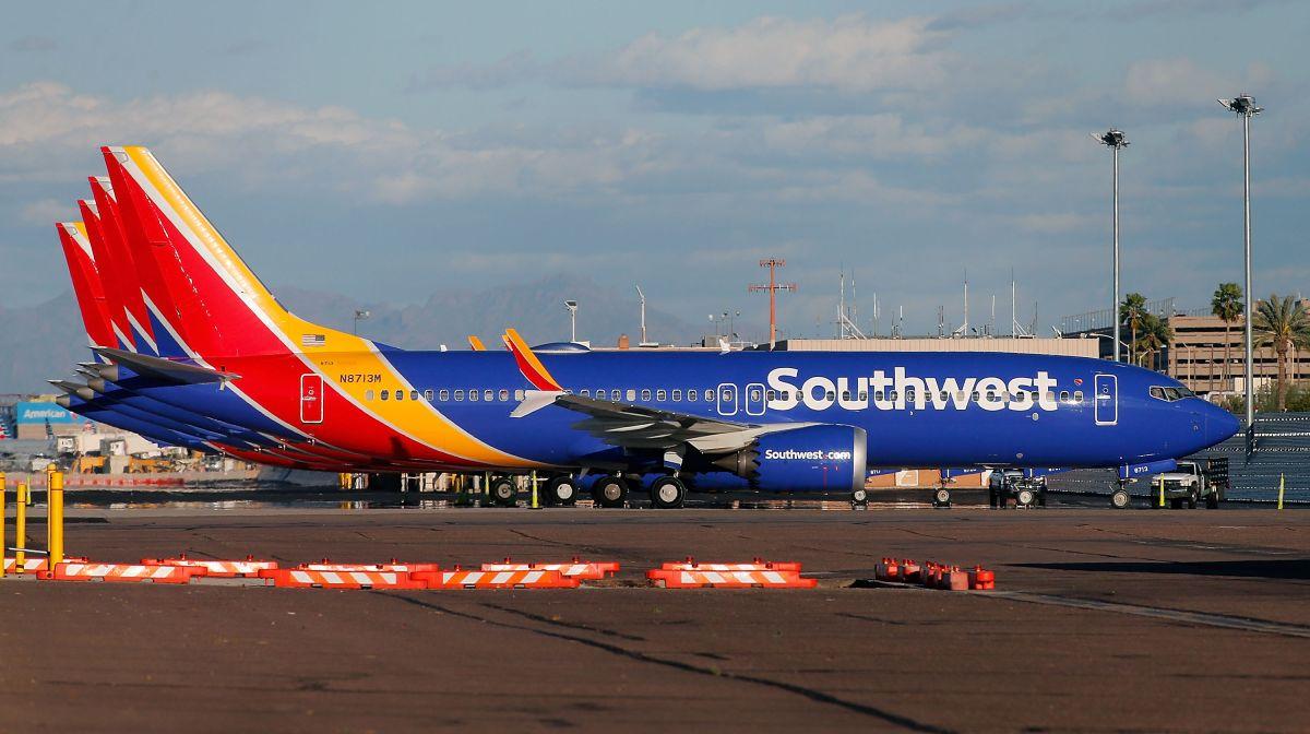 ¿En qué se basó la aerolínea Southwest para impedir acceso de pasajera con blusa escotada a avión?