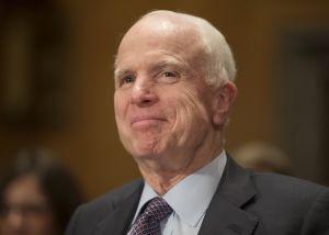 """Trump sigue tuiteando y hablando contra McCain y le hacen un """"chequeo de la verdad"""""""