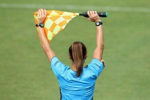Periodista italiano calificó como un 'asco' la presencia de árbitra en un partido