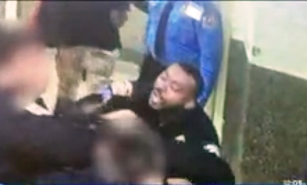 Acusan a policía de Nueva York por golpiza brutal a hombre sin hogar