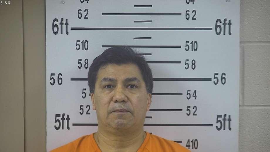 Un policía latino está acusado de asesinar a tiros a su esposa en Texas