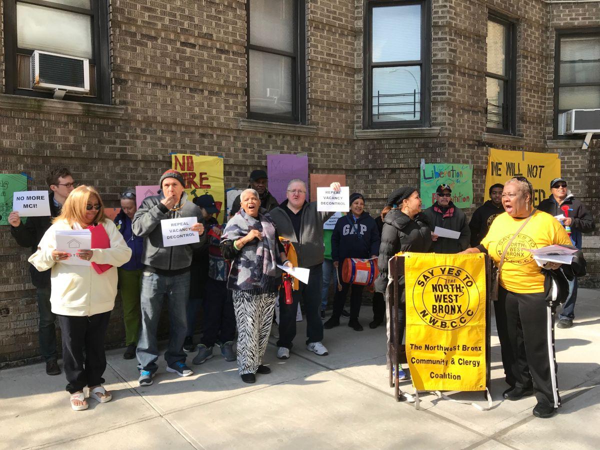 Inquilinos de El Bronx se manifiestan contra casero acosador
