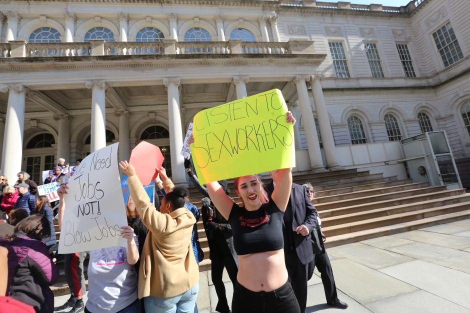Propuesta para legalizar la prostitución crea controversia en Nueva York