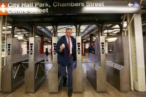 """Alcalde viaja en el Subway promoviendo """"Tarifa de Congestión"""""""
