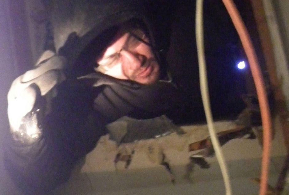 Descubren a ladrón atascado en un aire acondicionado en Long Island