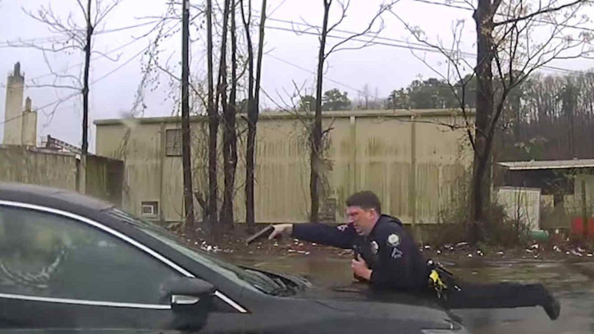 Graban como un policía balea 15 veces a un hombre en su carro a través del parabrisas