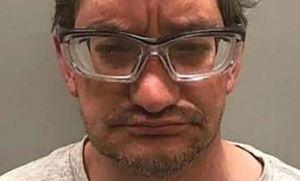 Hombre que abusó de bebé de tres semanas y grabó el acto se desmaya en sala al conocer sentencia
