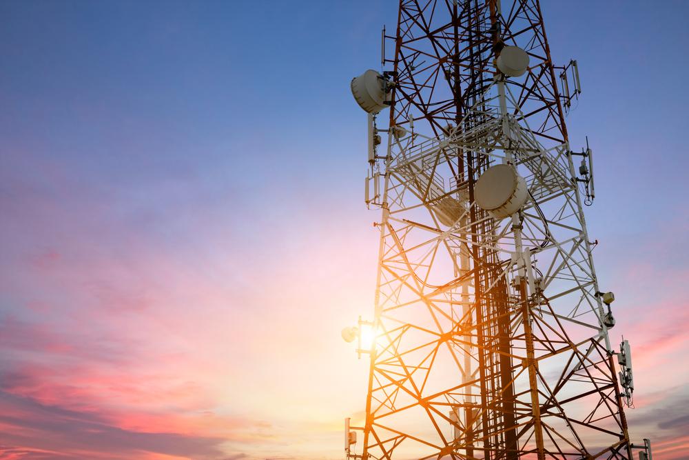 Suman 4 niños diagnosticados con cáncer en escuela de California y los padres culpan a una torre de telefonía celular
