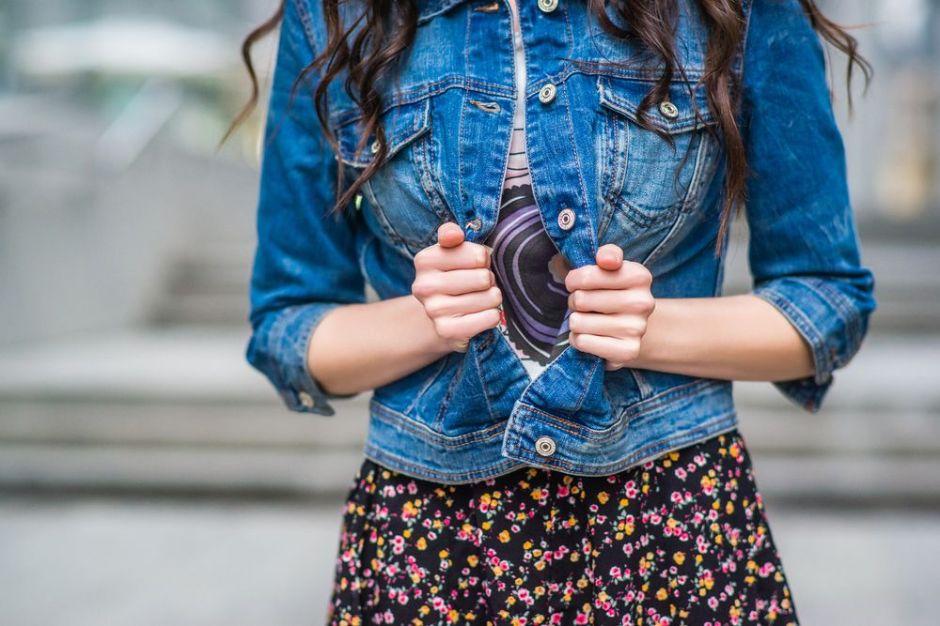 5 modelos de chaquetas denim que nunca pasan de moda y disimulan los rollitos de la barriga y espalda