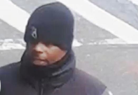 Ladrón finge ser funcionario NYCHA para robar a anciano en silla de ruedas
