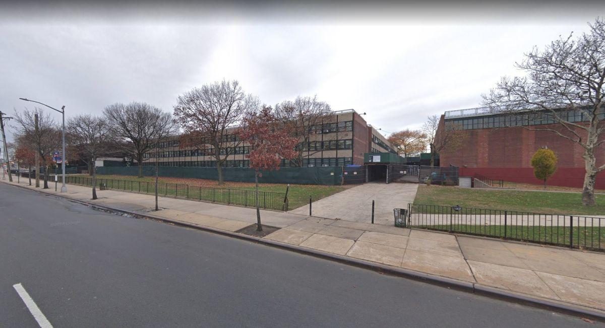 Joven muere baleado cerca de escuela en Queens