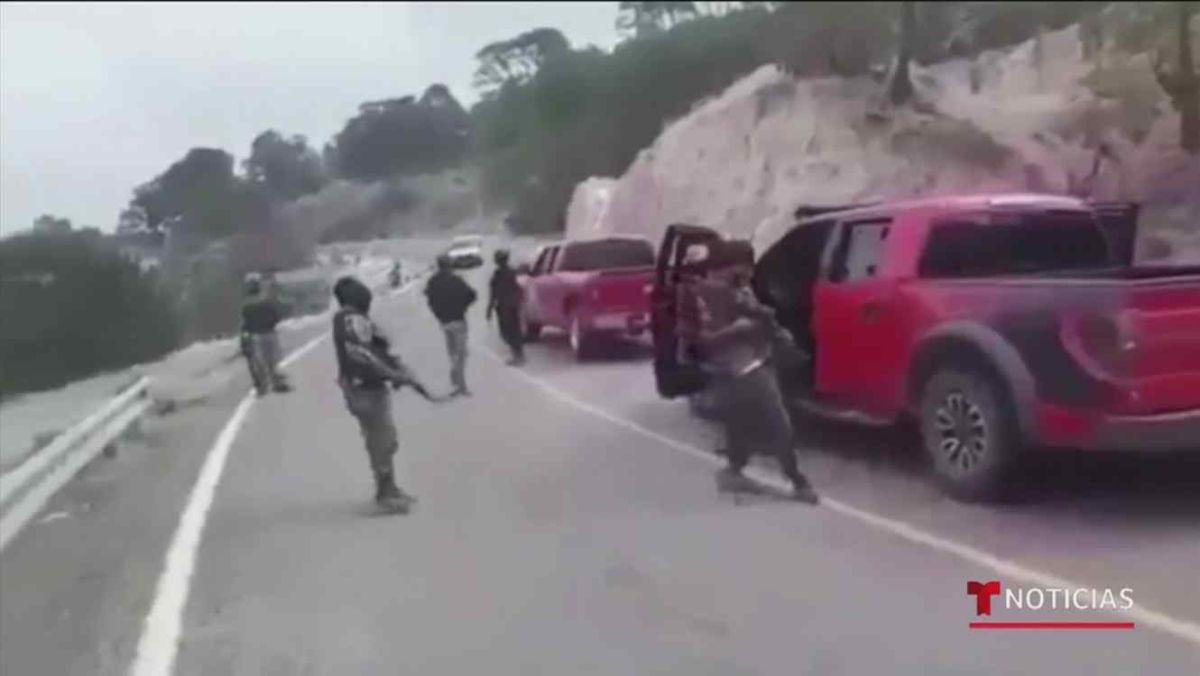 """Miembros del CJNG de """"El Mencho"""" queman cuatro tráileres en carretera de Veracruz, México"""