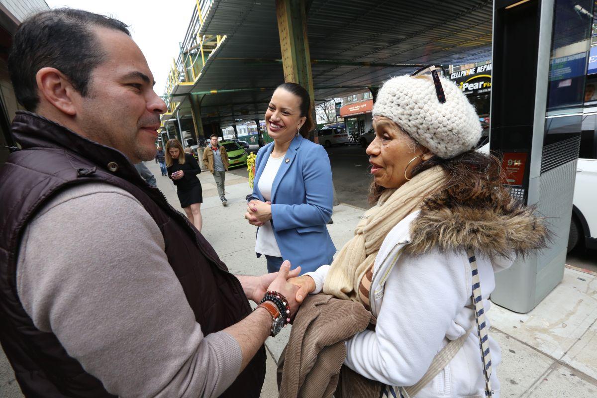 Asambleista Catalina Cruz charla con los inmigrantes James Garcia y Leocadia Flores. Projecto de ley para impulsar el seguro médico para inmigrantes sin papeles.