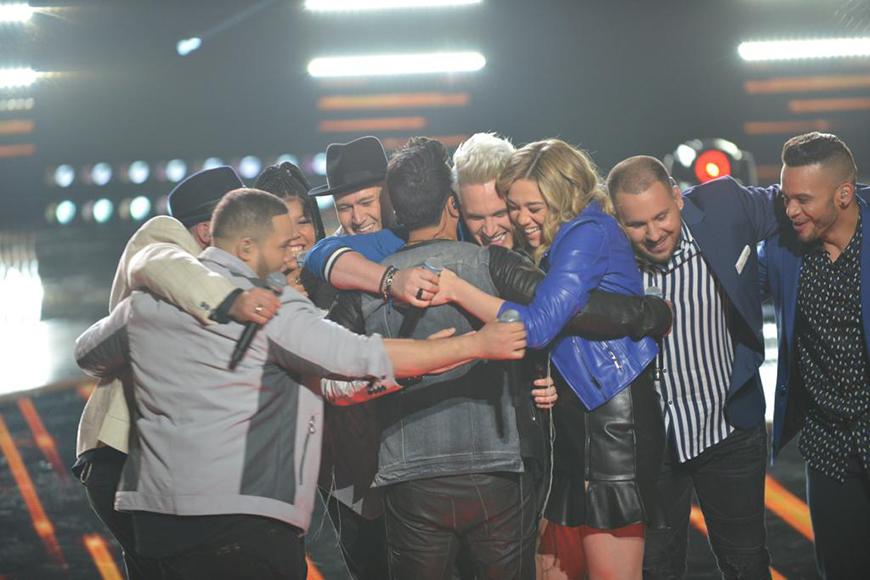Luis Fonsi canta con su Team