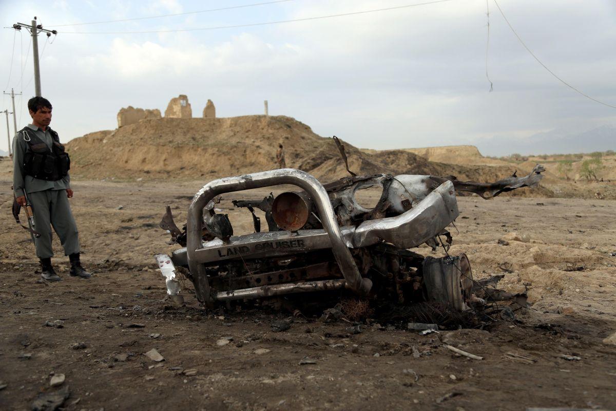 Un soldado afgano vigila el lugar donde explotó la bomba