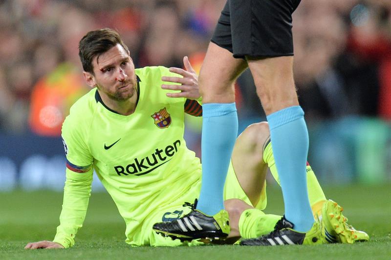 Video: Messi termina con la cara ensangrentada ante el Manchester United