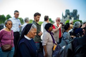 Un emotivo vía crucis en Notre Dame