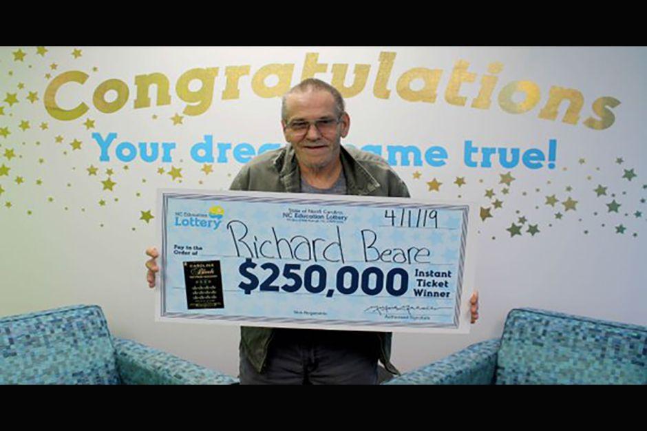 Hombre con cáncer en etapa IV gana la lotería y hará el viaje de su vida