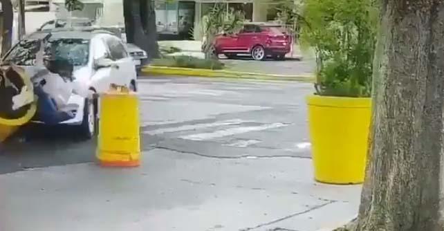 Individuo persigue a su expareja hasta la Casa Jalisco, en Guadalajara, la atropella y la apuñala