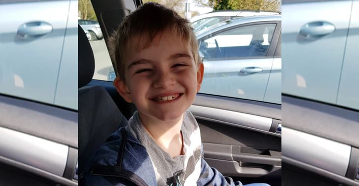 Escuela obliga a niño autista a vestir chaleco fluorescente y la madre reacciona furiosa