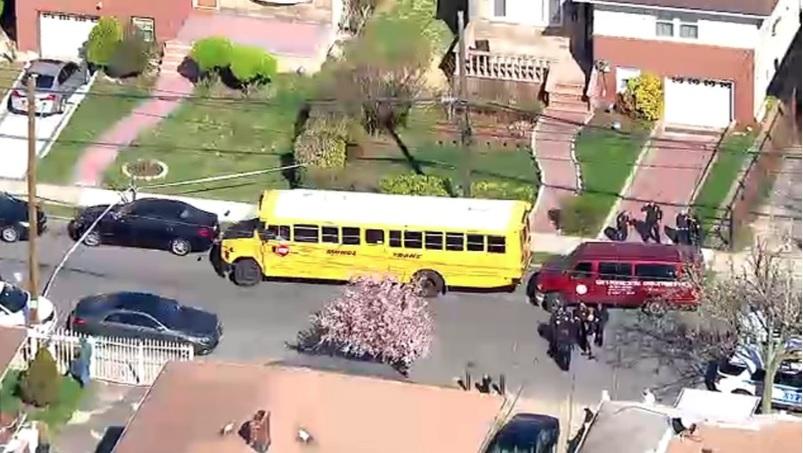 Muere niño aplastado entre camioneta y bus escolar en Queens