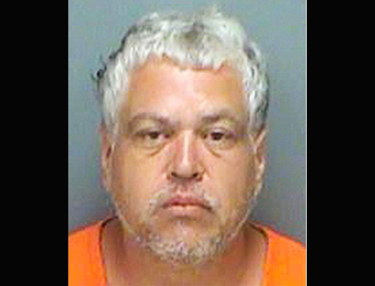 Lo arrestan por acoso y después manosea a la agente que tomaba sus huellas
