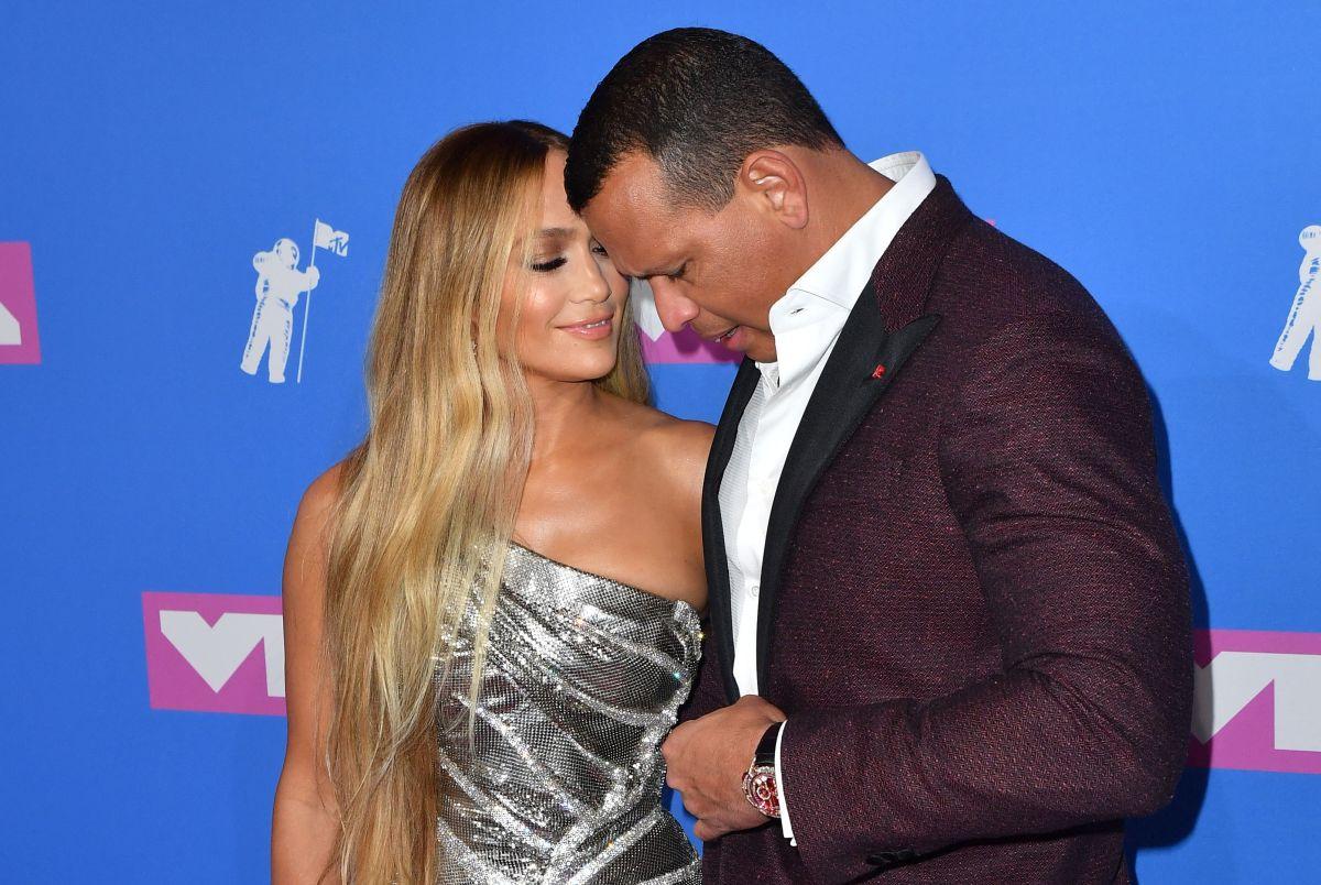 El beso de Jennifer López con Alex Rodríguez en Instagram; y la respuesta de Maluma